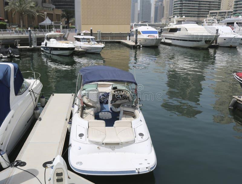 Les yachts superbes ont amarré dans un port de Dubaï photos stock