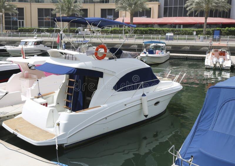 Les yachts superbes ont amarré dans un port de Dubaï photo stock
