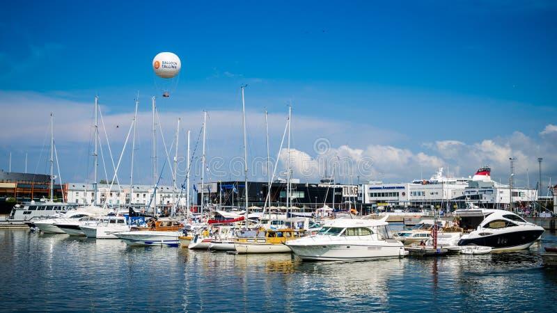 Les yachts viennent pour célébrer les jours de la mer à Tallinn, Estonie photos libres de droits
