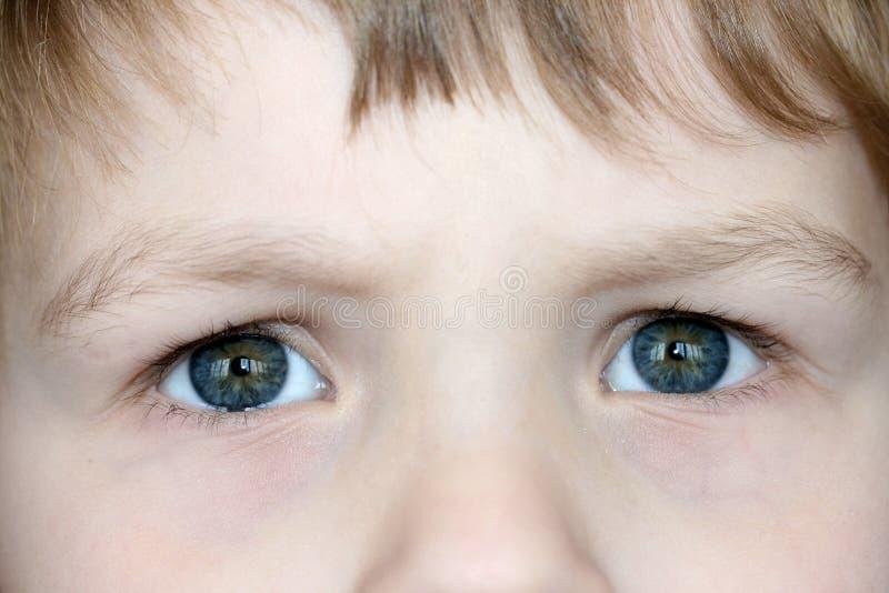 Les yeux de l'enfant image stock