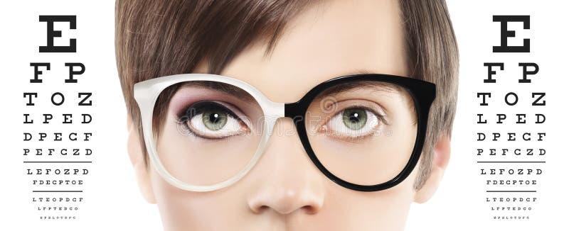 Les yeux et les lunettes se ferment sur le diagramme d'essai visuel, vue et photo libre de droits