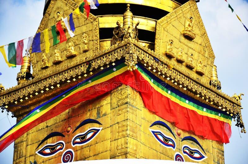 Les yeux ou la sagesse de Bouddha observe au temple de Swayambhunath ou au temple de singe photo libre de droits