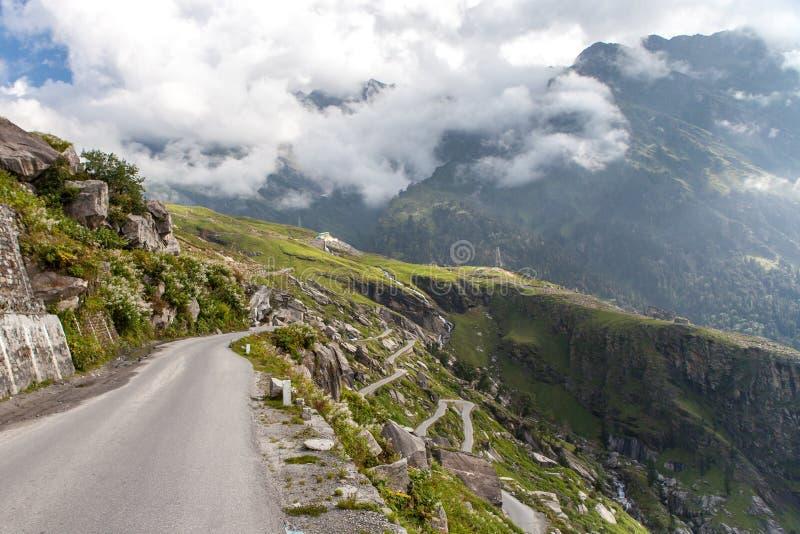 Les zigzags de la route de Manali à Rohtang passent photos stock