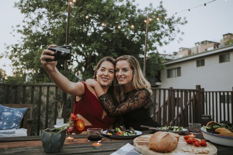 Lesbisch paar die een selfie nemen stock foto's