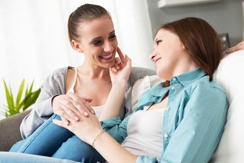 Lesbisch paar die thuis flirten royalty-vrije stock afbeelding