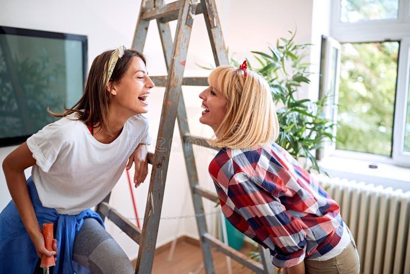 Lesbisch paar in zich het bewegen in nieuw huis stock fotografie