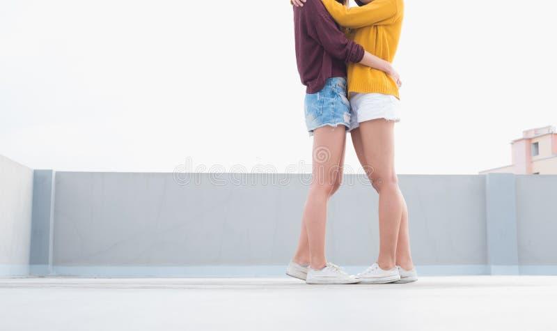 Lesbische LGBT het Paaromhelzing en kus van Azië op dak van de bouw met gelukogenblik royalty-vrije stock foto's