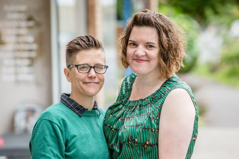 Lesbische Paare draußen lizenzfreie stockbilder