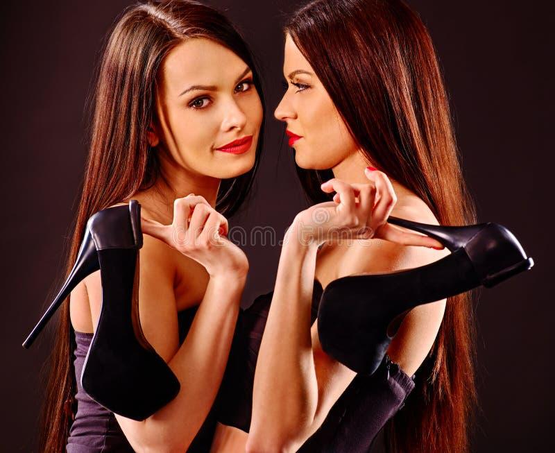 Lesbische vrouwen die louboutinhielen houden als symbool stock foto