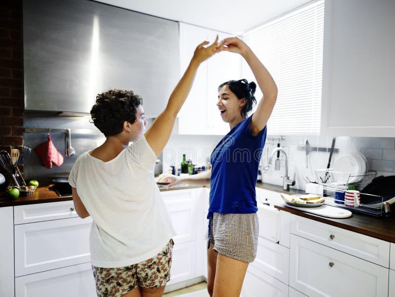 Lesbisches Paartanzen in der Küche lizenzfreies stockbild