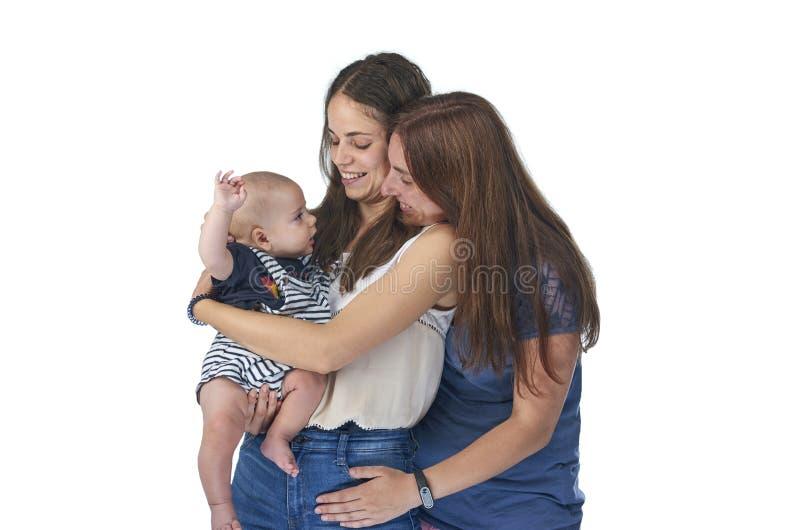Lesbisk f?r?lskelse, unga lesbiska m?drar med deras behandla som ett barn Homosexuell familj arkivbilder