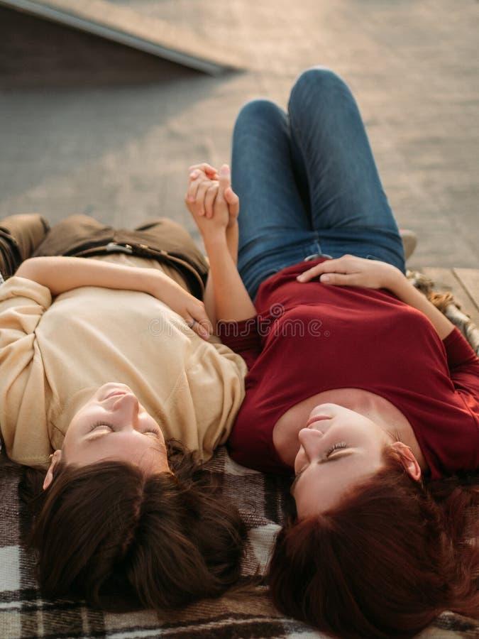 Lesbisk parförälskelse drömmer tillsammans förhållande royaltyfri fotografi