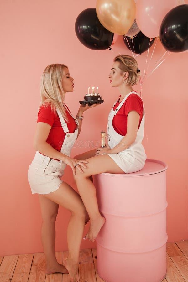 Lesbiska par för romantisk förhållandeårsdag royaltyfri fotografi