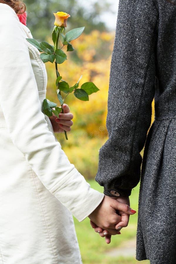 Lesbiska par på datum fotografering för bildbyråer