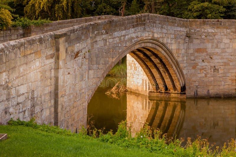 LESBURY NORTHUMBERLAND/UK - 14-ОЕ АВГУСТА: Старый мост мельницы на l стоковое изображение rf