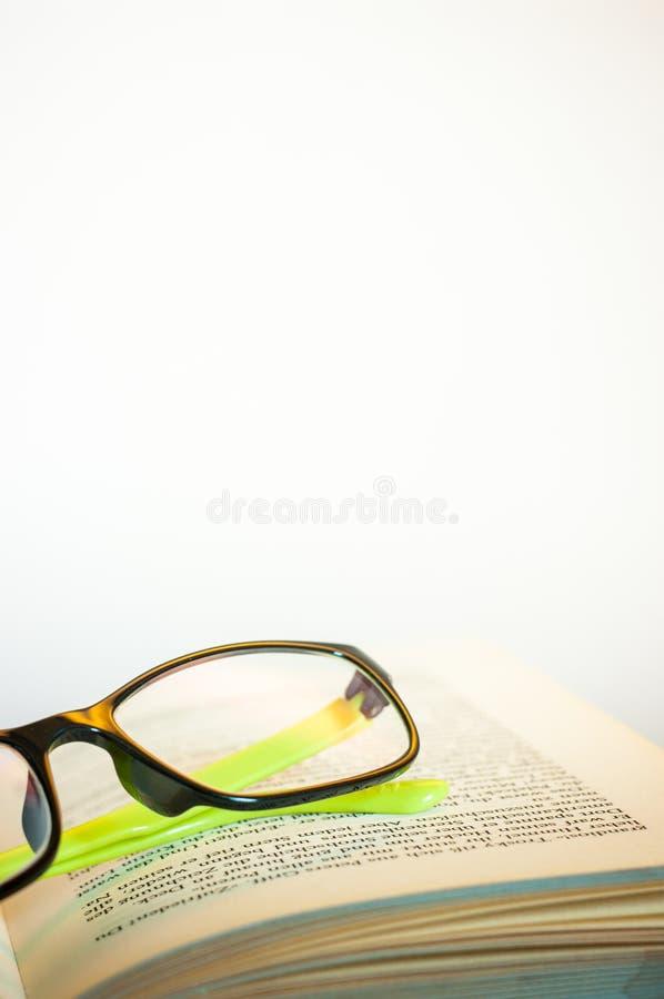 Lesebrillen mit geöffnetem Buch stockfoto