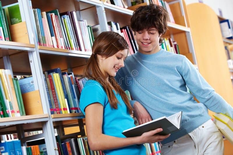 Lesebuch an der Bibliothek lizenzfreie stockfotografie