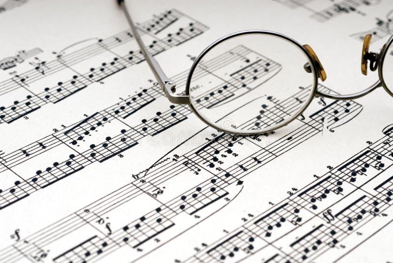Lesegläser auf Blattmusik stockfotos