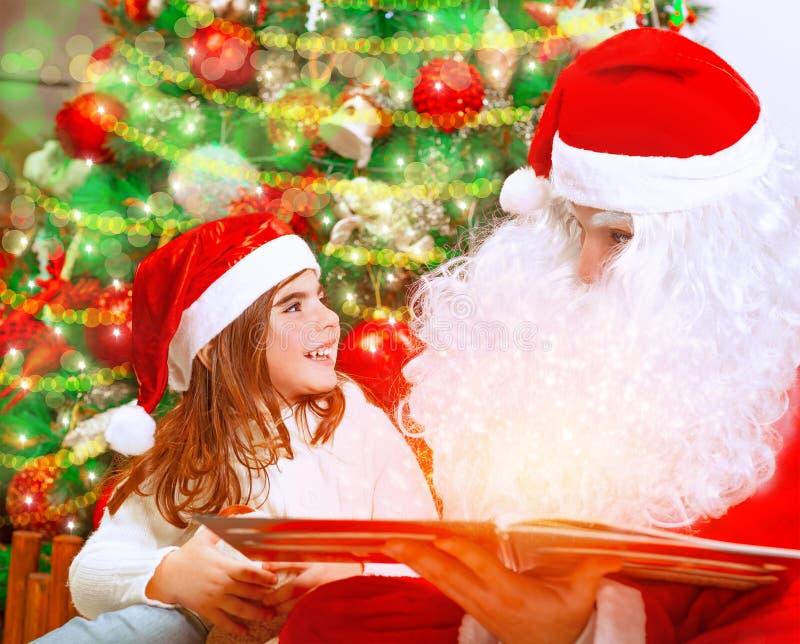 Lesemagisches Buch mit Santa Claus lizenzfreie stockfotos