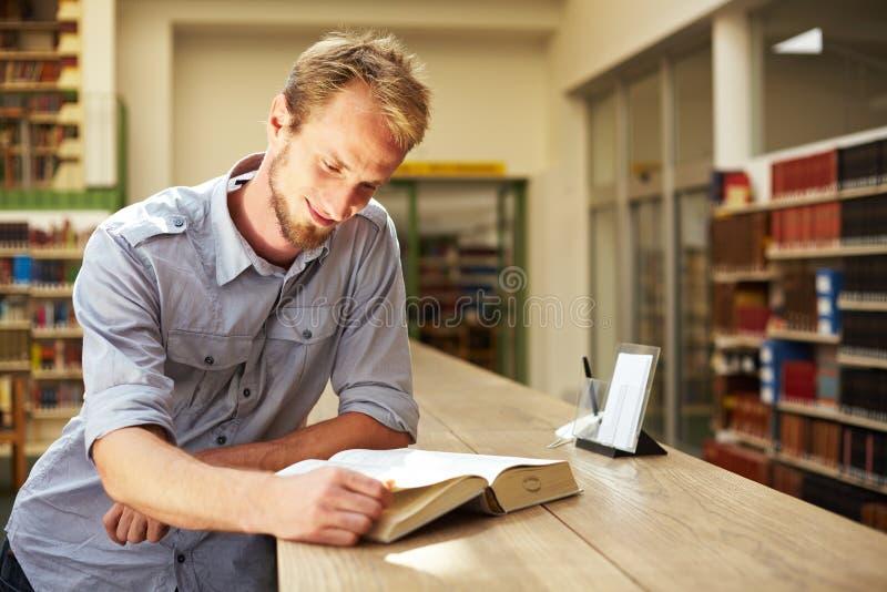 Lesen in der Bibliothek stockfotos