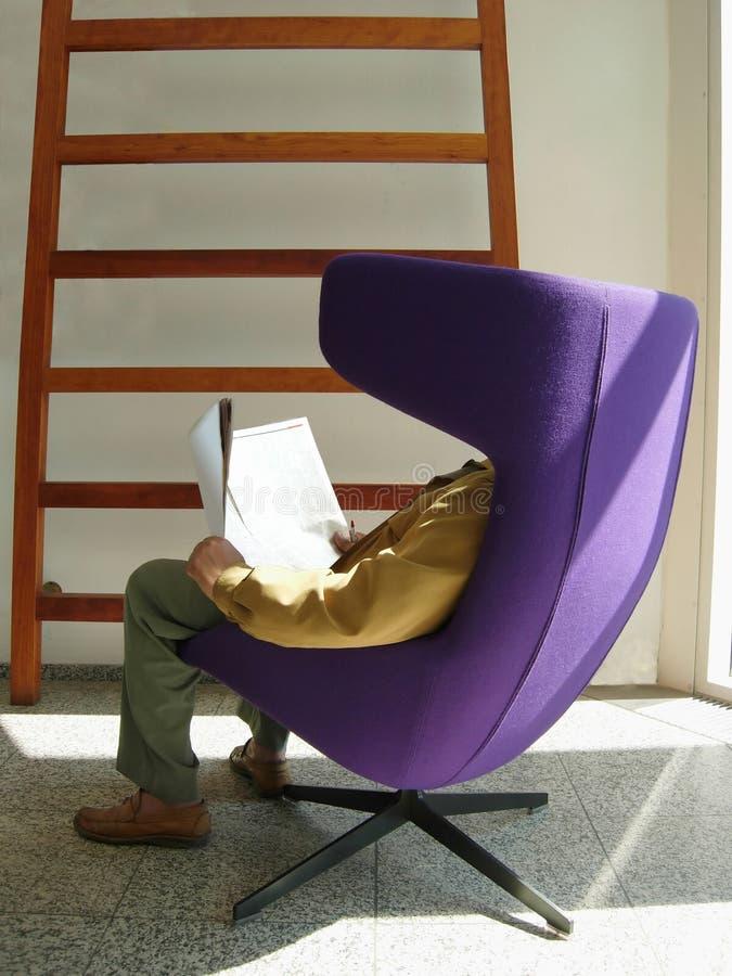 Lesen in der Bibliothek lizenzfreies stockfoto