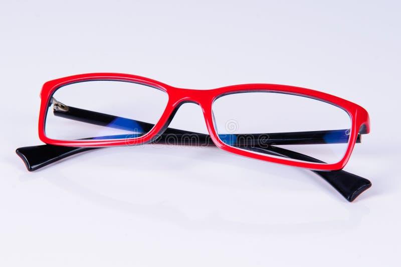 Lesen der roten Gläser stockfoto