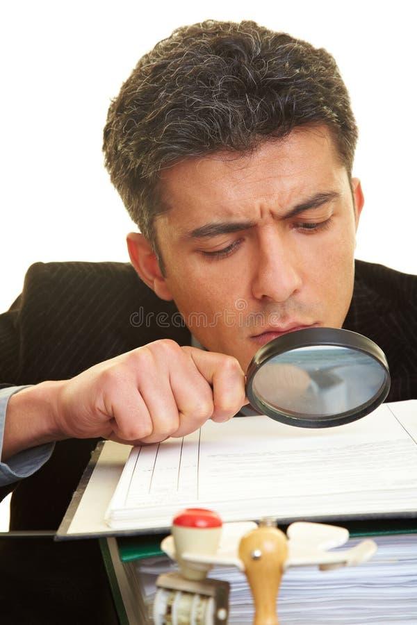 Lesen des fineprint stockfotos