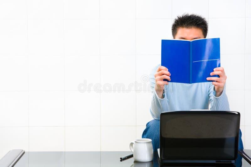 Lesen des manuellen Buches stockfoto