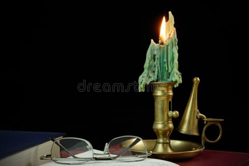 Lesen durch Kerzeleuchte stockfotografie