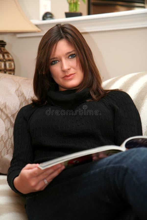 Lesen einer Zeitschrift lizenzfreies stockbild