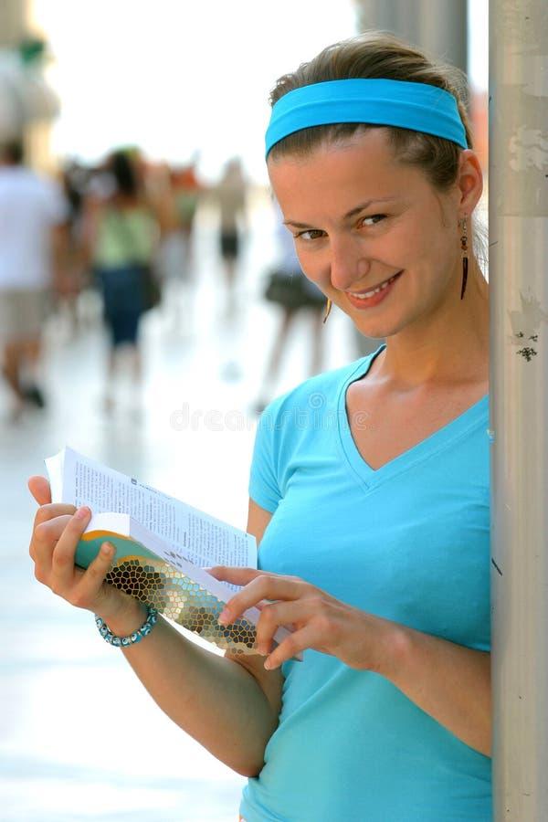 Lesen eines Buches stockbild