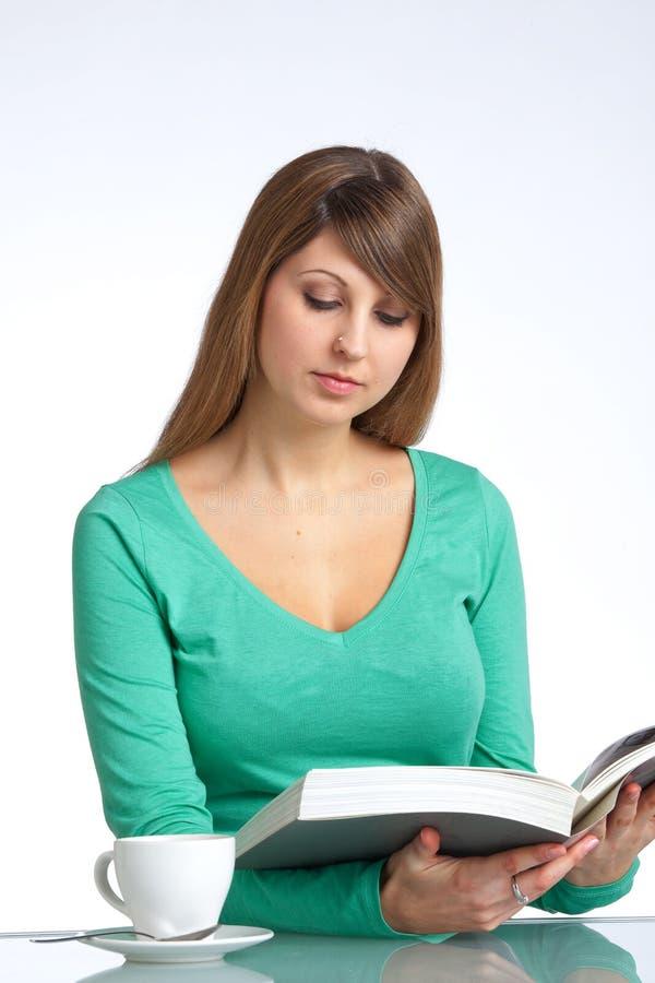 Lesen eines Buches stockfotografie