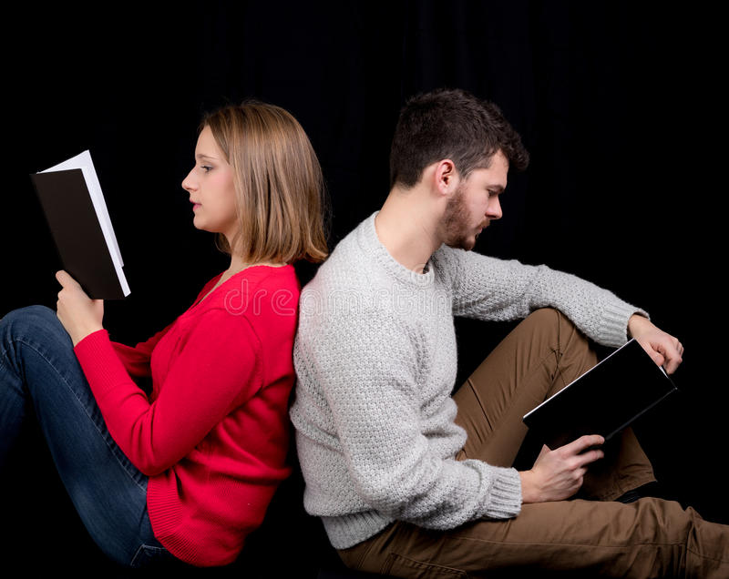Lesen eines Buches lizenzfreies stockfoto