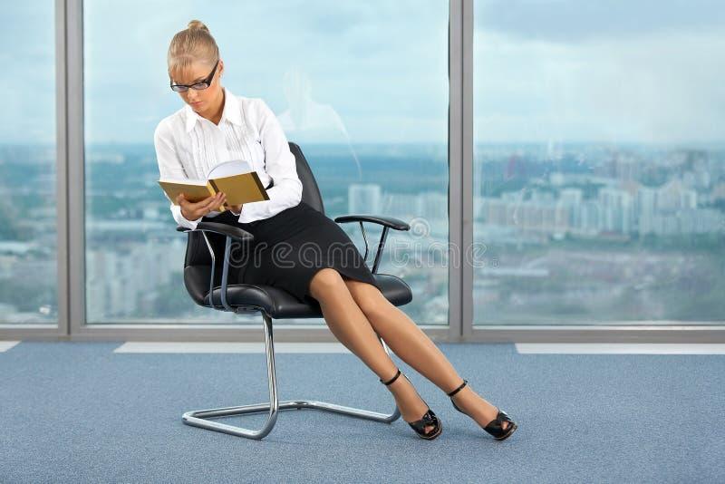 Lesen im Büro lizenzfreie stockfotografie