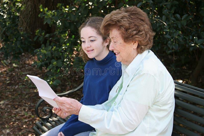 Lesen mit Großmutter stockbild