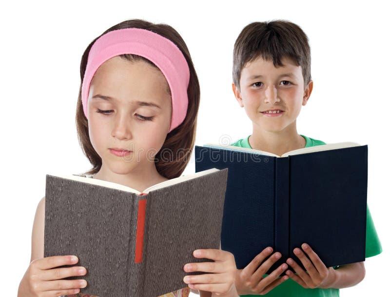 Lesen mit zwei Kindern lizenzfreie stockfotos