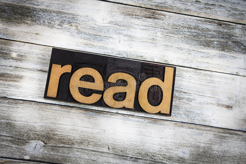 Lesen Sie Briefbeschwerer-Wort auf hölzernem Hintergrund lizenzfreies stockfoto