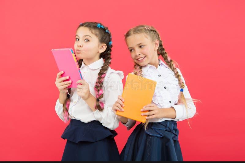 Lesen Sie jeden Tag Nette kleine Kinder, die B?cher halten, um auf rotem Hintergrund zu lesen Entz?ckende kleine M?dchen, die ler stockfoto