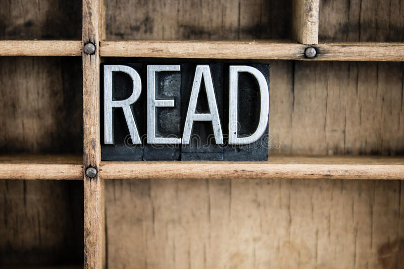 Lesen Sie Konzept-Metallbriefbeschwerer-Wort im Fach lizenzfreie stockfotos