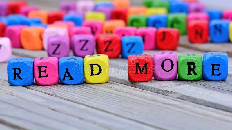 Lesen Sie mehr Wörter auf Tabelle stockfotografie