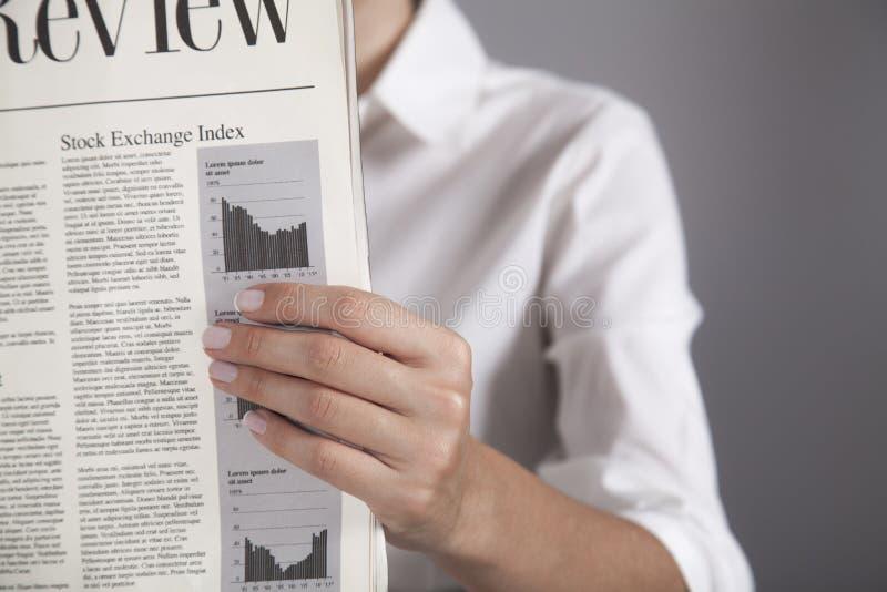 Lesen Sie Zeitung lizenzfreies stockbild