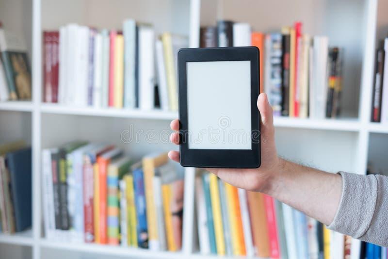 Leser und Bücherregal EBook lizenzfreie stockfotografie
