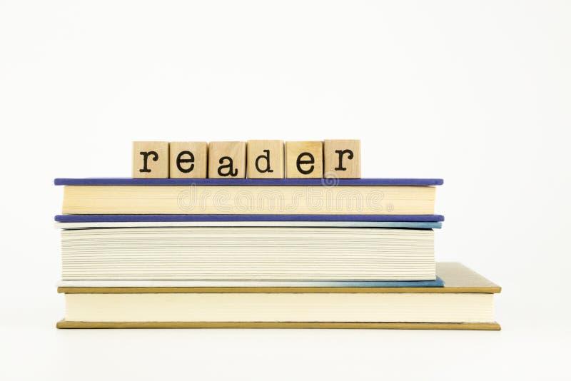 Leserwort auf Holzstempeln und -büchern stockbild