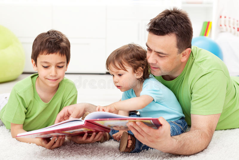 Lesezeit mit Vater lizenzfreies stockbild