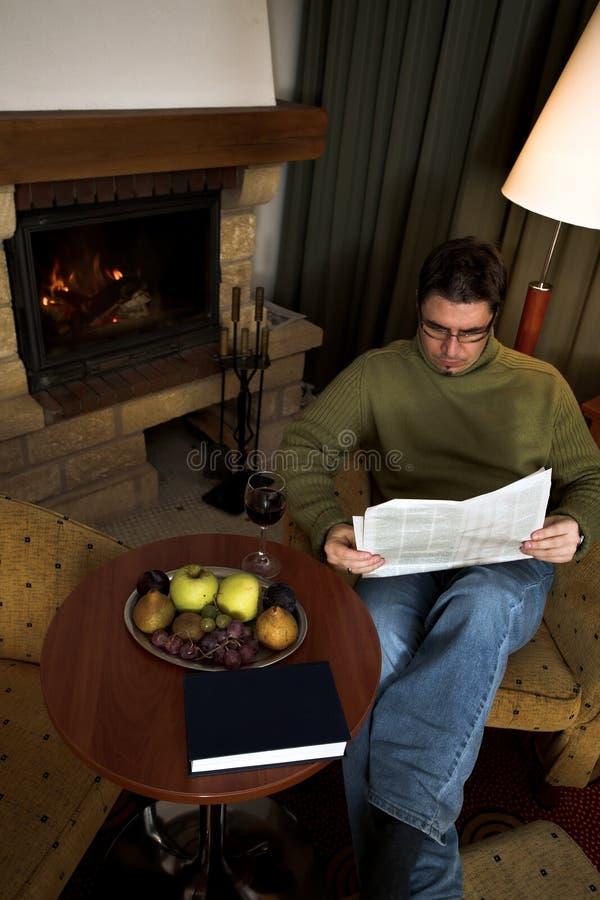 Lesezeitung zu Hause lizenzfreie stockfotos