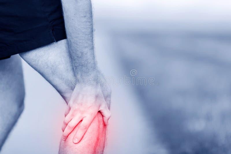 Lesión corriente, dolor de la rodilla fotografía de archivo