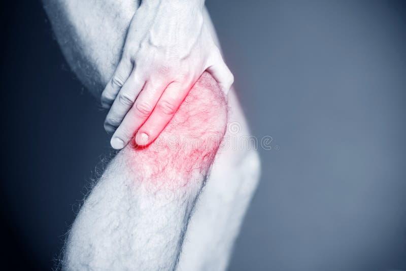 Lesión corriente, dolor de la rodilla fotos de archivo