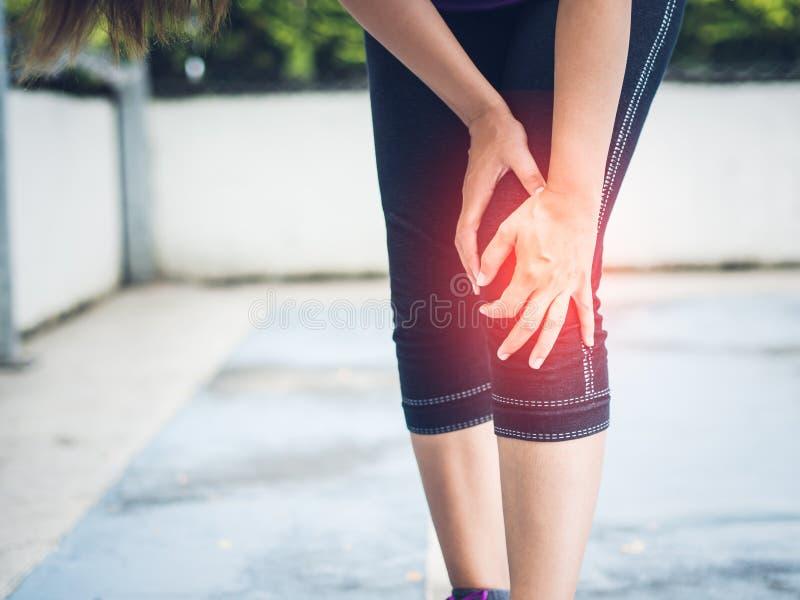 Lesión de rodilla del deporte del corredor del primer imagenes de archivo