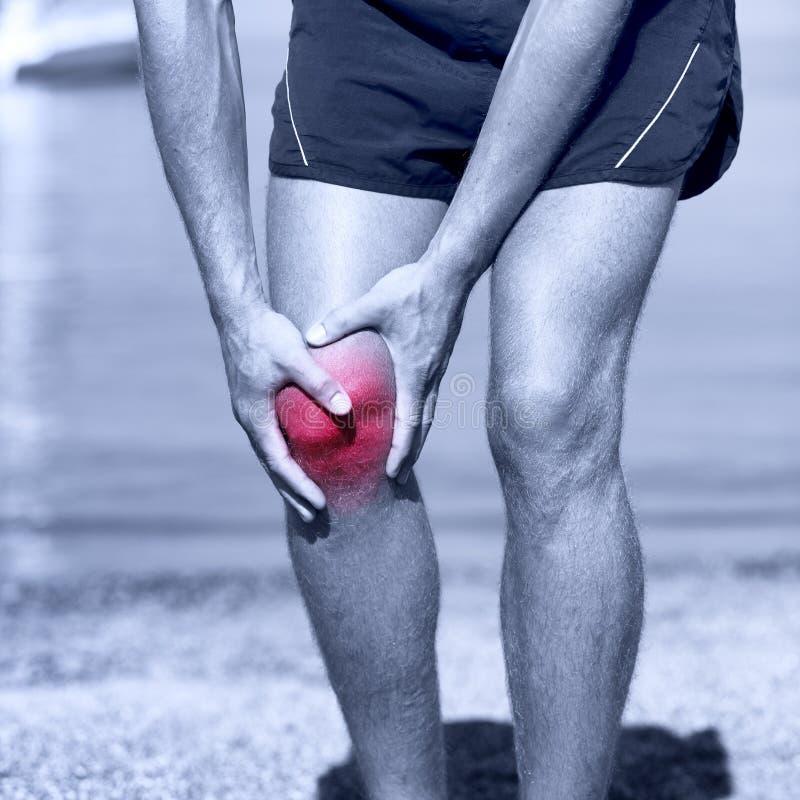 Lesión de rodilla - deportes que corren lesiones de rodilla en hombre imagenes de archivo