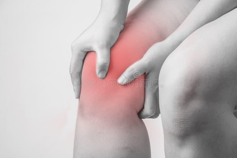 Lesión de rodilla en seres humanos dolor de la rodilla, gente médica, mono punto culminante de los dolores comunes del tono en la fotografía de archivo libre de regalías